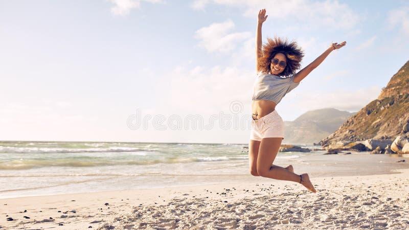 Gruppe Freunde auf Strandferien stockbild
