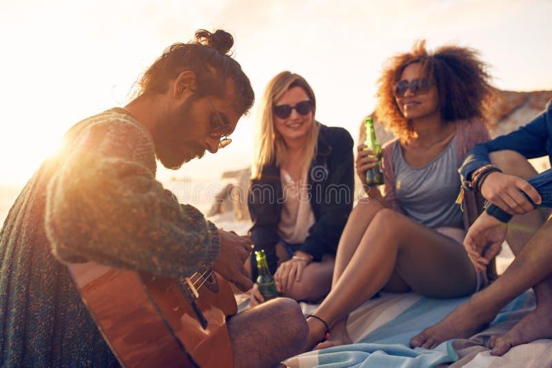 Gruppe Freunde auf Strandferien lizenzfreies stockbild
