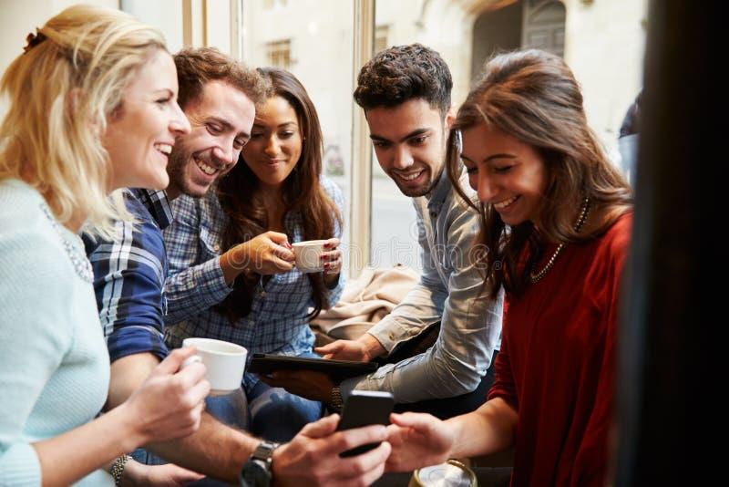 Gruppe Freunde in Cafï-¿ ½ unter Verwendung Digital-Geräte stockfoto