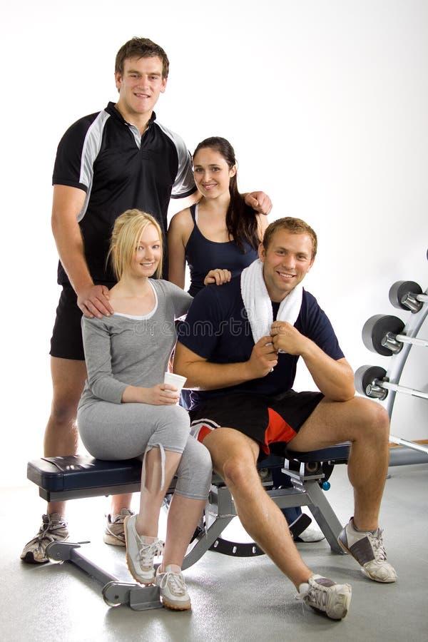 Gruppe Freunde in der Gymnastik stockbilder