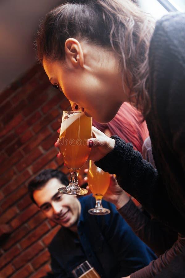 Gruppe Freunde in der Taverne lizenzfreie stockfotografie