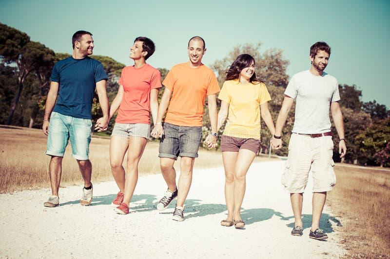 Gruppe Freunde, die draußen gehen stockbild