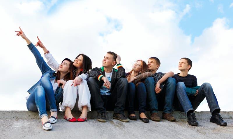 Gruppe Freunde, die draußen lächeln lizenzfreie stockfotos