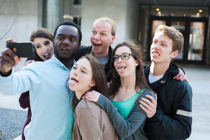 Gruppe Freunde, die ein doof Selfie nehmen stockfotografie