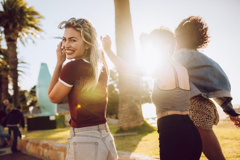 Gruppe Freunde, die in einem Park sich amüsieren lizenzfreie stockbilder