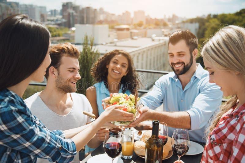 Gruppe Freunde, die Grillpartei auf dem Dach haben stockfoto