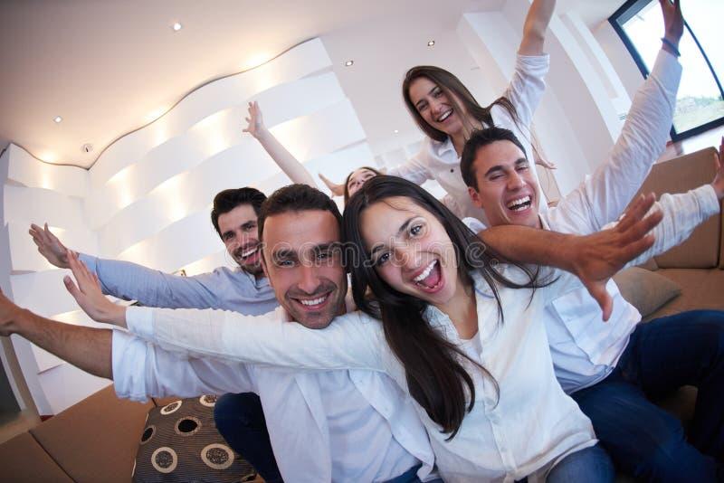 Gruppe Freunde, die Selfie nehmen stockbild