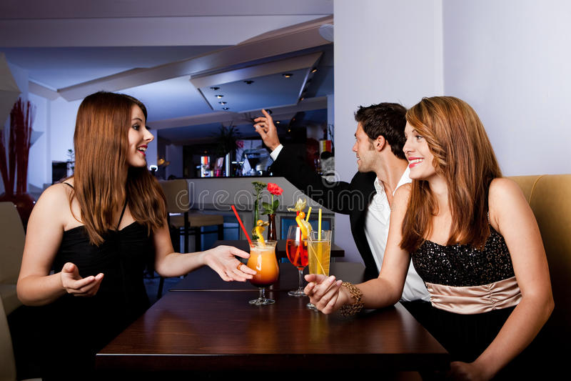 Gruppe Freunde, die Spaß haben stockbild