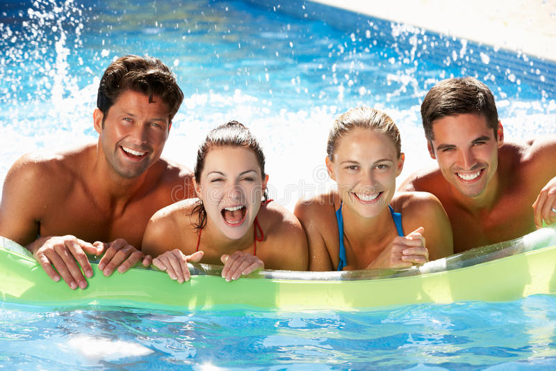Gruppe Freunde, die Spaß im Swimmingpool haben stockbild