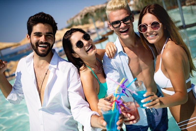 Gruppe Freunde, die Spa? auf Sommerferien haben Lebensstil-, Freundschafts-, Reise- und Feiertagskonzept lizenzfreie stockbilder