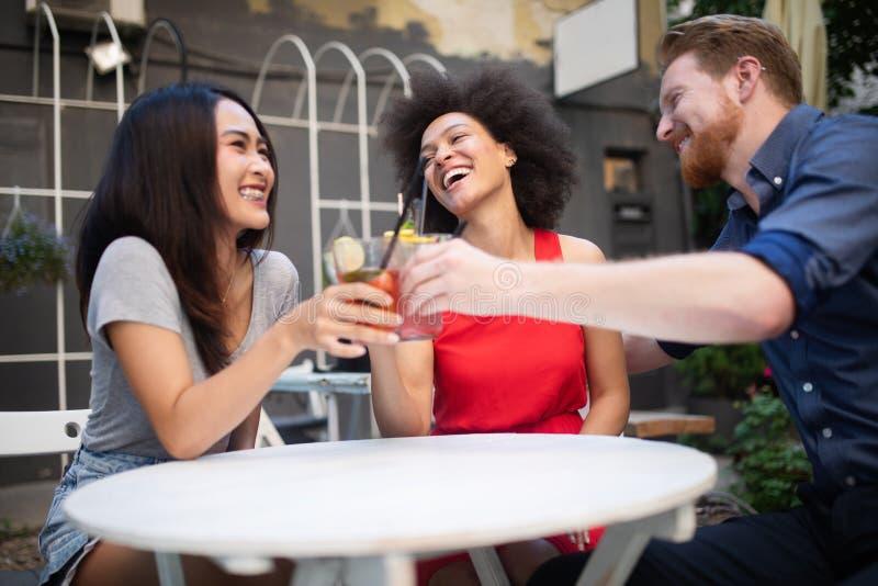 Gruppe Freunde, die Spa? zusammen haben Unterhaltungsc$lachen der Leute und Genie?en ihrer Zeit stockfoto