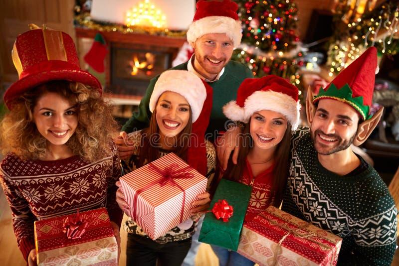 Gruppe Freunde, die Weihnachten feiern stockfoto