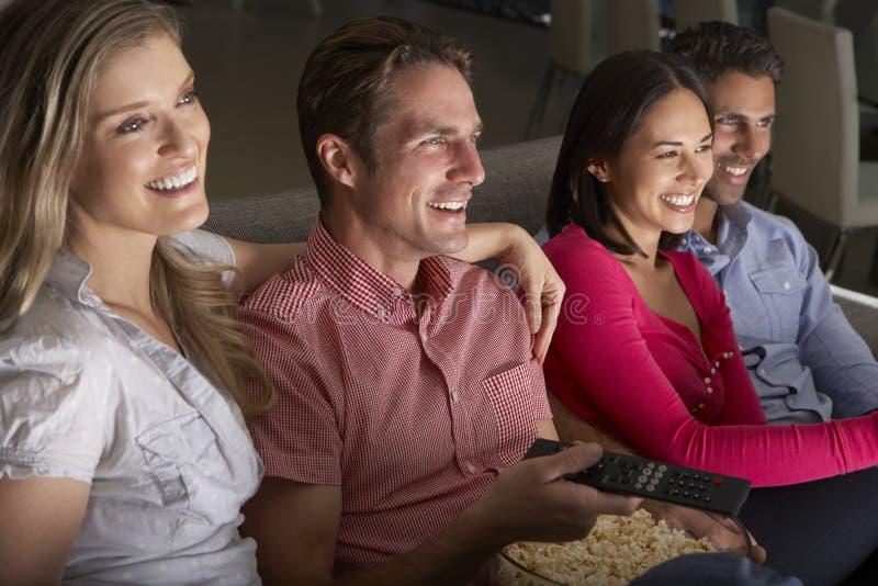 Gruppe Freunde, die zusammen im Sofa Watching Fernsehen sitzen stockfotos