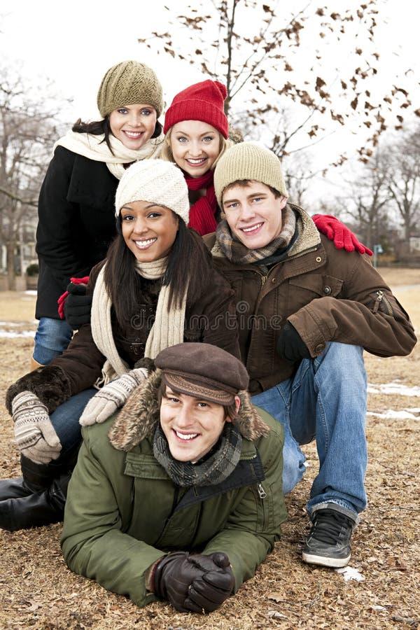 Gruppe Freunde draußen im Winter stockbilder