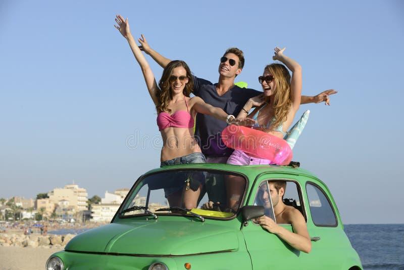 Gruppe Freunde mit Auto im Urlaub lizenzfreie stockfotos