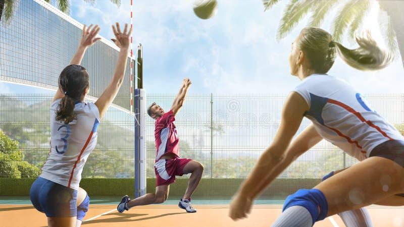 Gruppe Freunde spielt Volleyball am sonnigen Tag stockbild