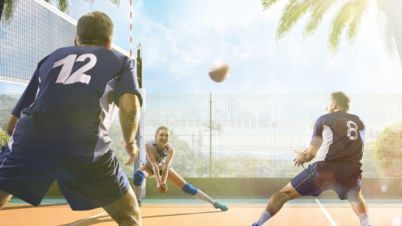Gruppe Freunde spielt Volleyball am sonnigen Tag stockfoto