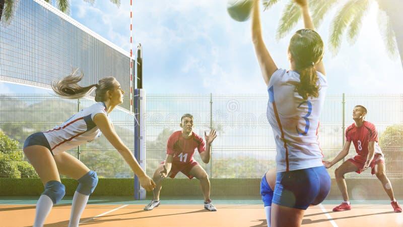 Gruppe Freunde spielt Volleyball am sonnigen Tag lizenzfreie stockbilder