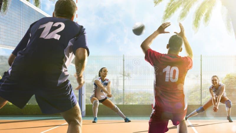 Gruppe Freunde spielt Volleyball am sonnigen Tag lizenzfreies stockbild