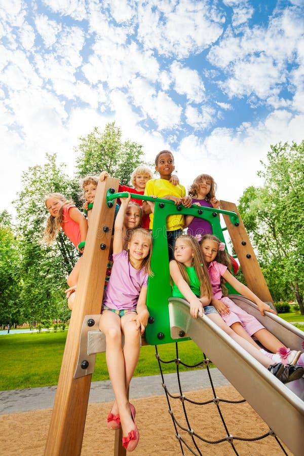 Gruppe Freunde zusammen auf einer Rutsche im Sommer stockfotos