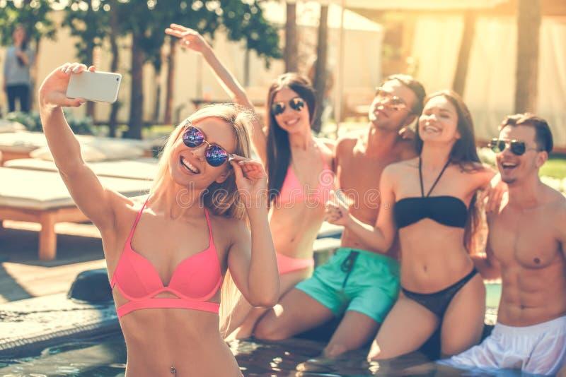 Download Gruppe Freunde Zusammen In Der Swimmingpoolfreizeit Stockbild - Bild von kamera, genuß: 96929333