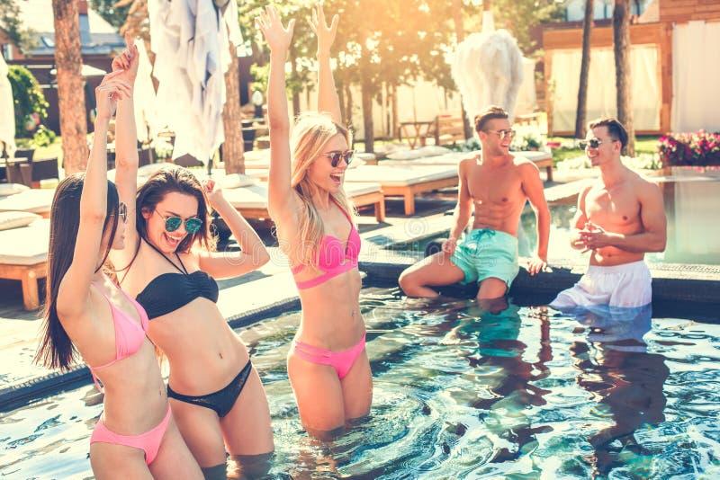 Download Gruppe Freunde Zusammen In Der Swimmingpoolfreizeit Stockfoto - Bild von männer, draußen: 96929340