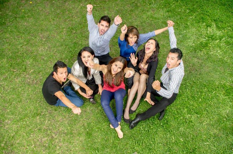 Gruppe Freundhändchenhalten oben draußen stockbild
