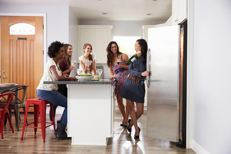Gruppe Freundinnen, die vor Abendessen genießen, trinkt zu Hause lizenzfreies stockfoto