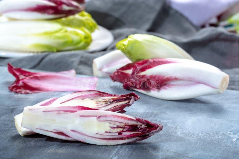 Gruppe frische grüne belgische Winterendivie oder Zichorie und rotes Radicchiogemüse, alias witlof salade stockbilder
