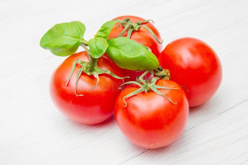 Gruppe frische resd Tomaten mit Basilikum stockfotos