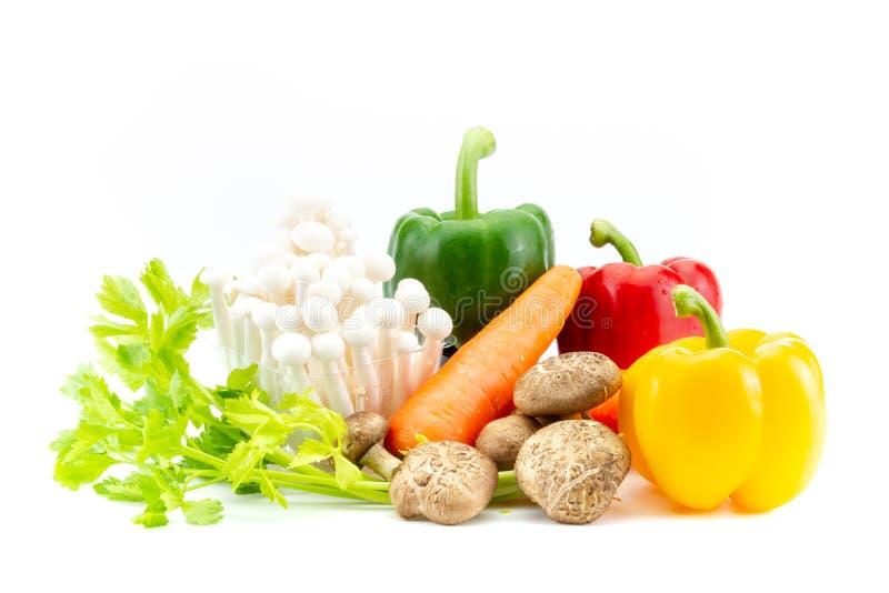 Gruppe Frischgemüse, das Shiitakepilzen, shimeji Pilzen, Karotten, grünem Pfeffer und aus Sellerie auf Weiß besteht stockbild