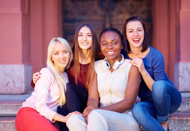 Gruppe gemischtrassige Freundinnen draußen lizenzfreie stockbilder