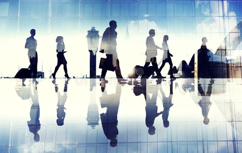 Gruppe Geschäfts-Reisenden, die in den Flughafen gehen stockfoto