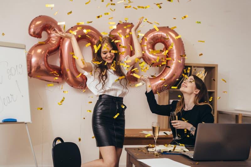 Gruppe Geschäftsfrauen, die Partei im Büro haben Weihnachten, Christmass, neues Jahr stockfotografie