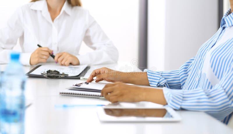 Gruppe Geschäftsleute bei der Sitzung im Büro, Nahaufnahme Team von zwei Frauen, die Abkommen besprechen Verhandlungskonzept stockfotografie