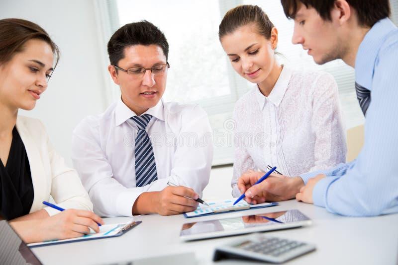 Gruppe Geschäftsleute bei einer Sitzung stockfotos