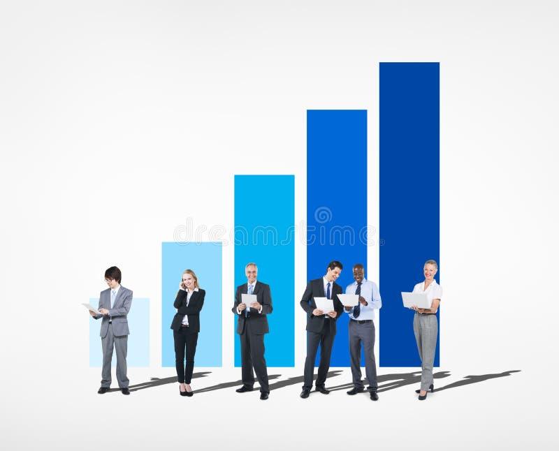 Gruppe Geschäftsleute bei Zunahme des Diagramms stockfotos
