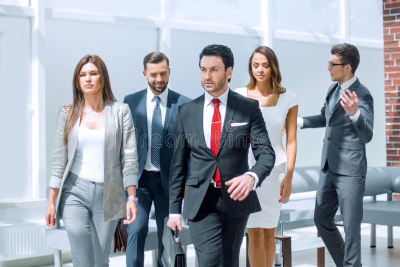 Gruppe Geschäftsleute in der Lobby eines modernen Büros lizenzfreie stockfotografie