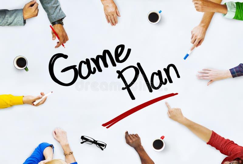 Gruppe Geschäftsleute, die über Strategie sich besprechen lizenzfreie stockbilder