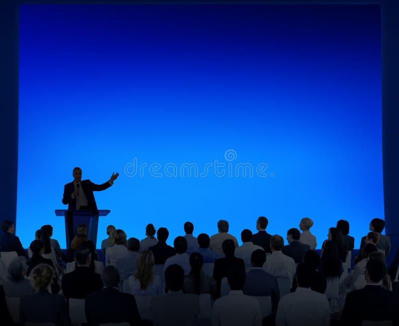 Gruppe Geschäftsleute, die auf eine Rede hören