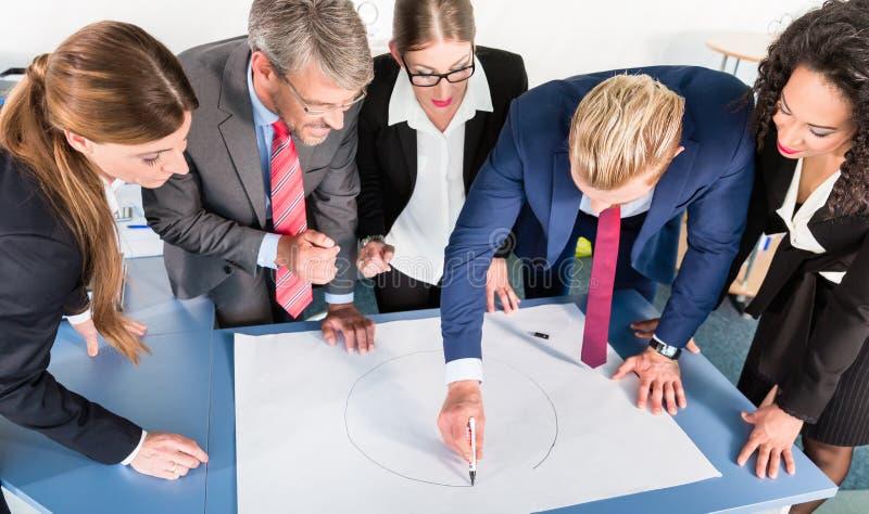 Gruppe Geschäftsleute, die Daten analysieren stockfoto