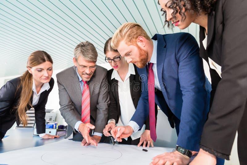 Gruppe Geschäftsleute, die Daten analysieren stockbilder