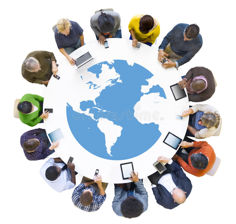 Gruppe Geschäftsleute, die Digital-Gerät treffen lizenzfreies stockfoto