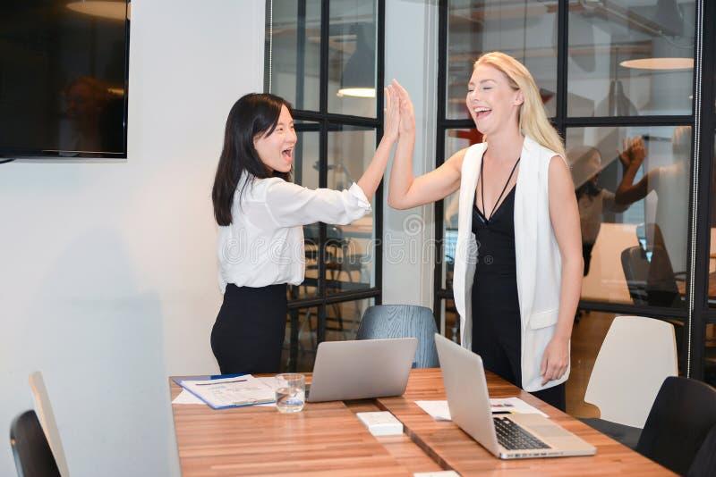 Gruppe Geschäftsleute, die in einem Konferenzzimmer, thei teilend sich treffen stockfotografie