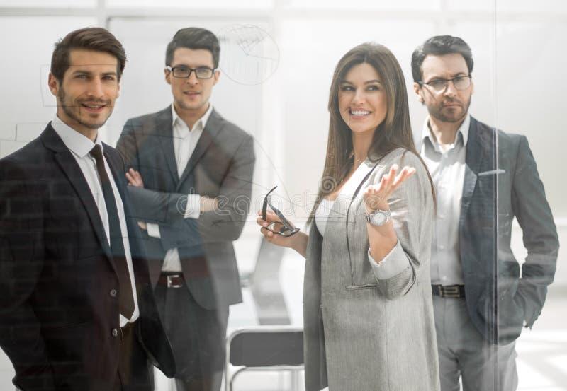 Gruppe Geschäftsleute, die in einem modernen Büro stehen stockfotos