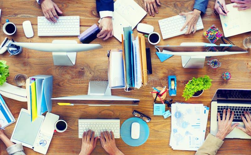 Gruppe Geschäftsleute, die an einem Schreibtisch arbeiten lizenzfreie stockfotografie