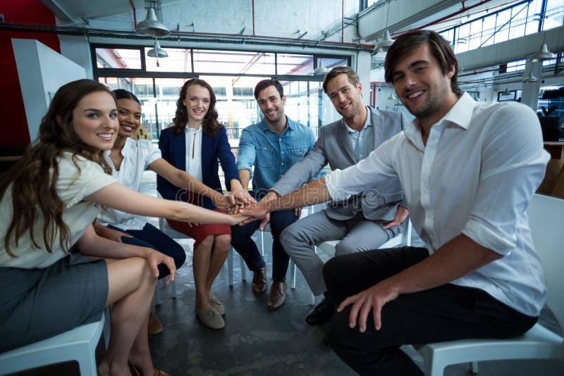 Gruppe Geschäftsleute, die einen Handstapel bilden stockfotos