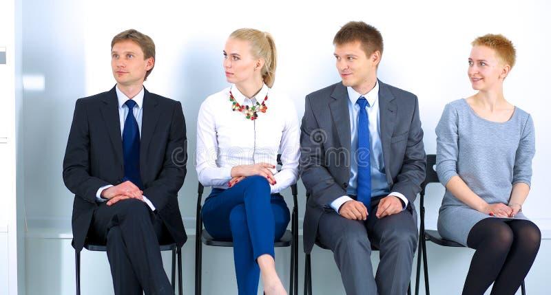 Gruppe Geschäftsleute, die herein auf Stuhl sitzen lizenzfreie stockfotos
