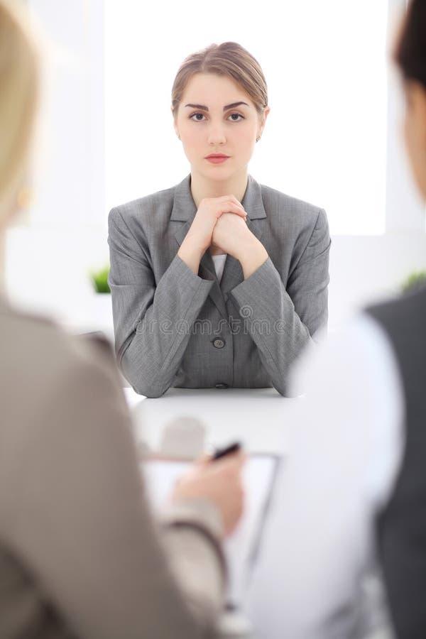 Gruppe Geschäftsleute, die im Büro zusammenarbeiten Fokus an der jungen Frau lizenzfreies stockfoto