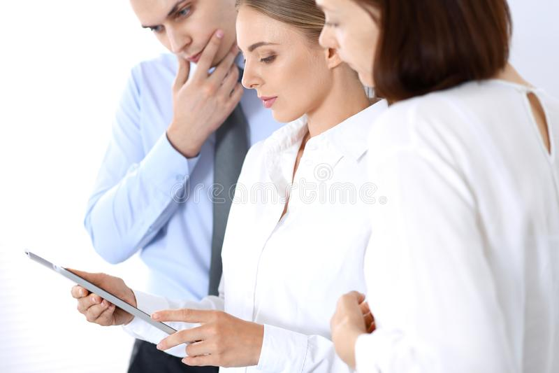 Gruppe Geschäftsleute, die Laptop-Computer bei der Stellung im Büro verwenden Sitzungs- und Teamwork-Konzept lizenzfreies stockbild